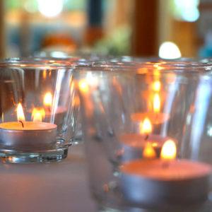 Eventbestattung - Trauerfeier mit Kerzen