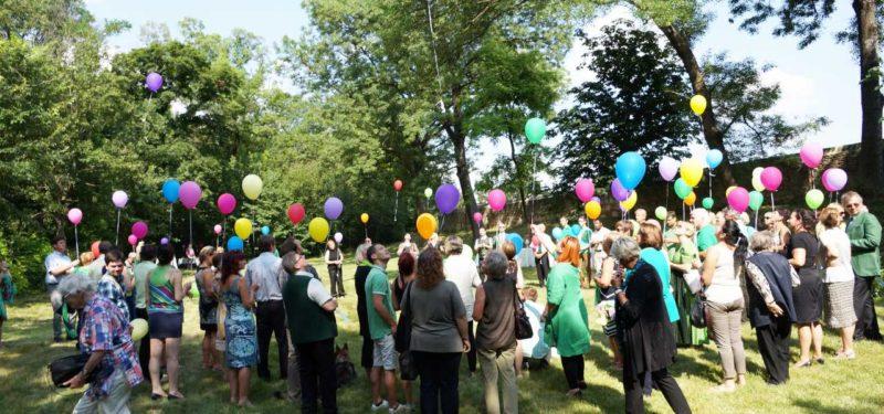 Eventbestattung - Beisetzung der Urne und Abschied mit Ballons